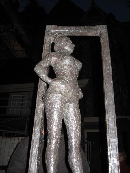 В памятник париже проститутке
